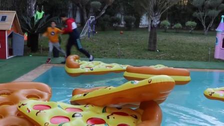 国外儿童时尚,小男孩做了一个巨型披萨玩具,一起玩游戏吧
