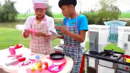 国外儿童时尚,跟小伙伴一起做披萨吧,太有意思了