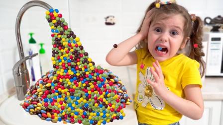 萌宝玩具故事:咋回事?小萝莉家里的水龙头为何流出这么多糖果?