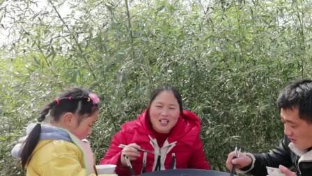 胖妹炖锅小鱼真香,大锅边还放了玉米锅贴,好吃!