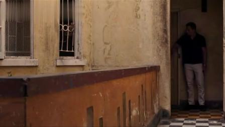 007:小伙躲在门后偷袭邦德,不料两下就被邦德给反杀,干净利落