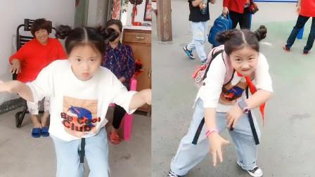 行走的表情包啊!小女孩跳起舞来魔性洗脑,真是太可爱了!