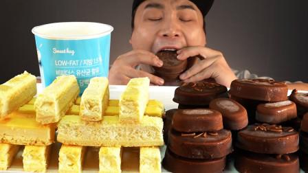 """胖哥享用巧克力冰淇淋,再搭配""""奶酪""""蛋糕,满足的表情看馋了!"""