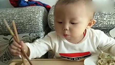 这个视频火了,小海子用筷子帮爸爸夹饺子吃,太懂事了