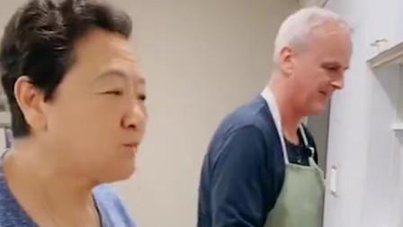 英国姑爷:洋女婿亲自上手烤披萨,中国丈母娘可喜欢吃了,让人看得流口水