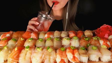 """韩国ASMR吃播:""""39个寿司大餐"""",有鲜虾寿司、三文鱼寿司、比目鱼寿司等,听这咀嚼音,吃货欧尼吃得真馋人"""