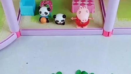 佩奇用雪糕棒给小熊猫做小房子