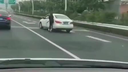 行车记录仪,女司机在高架上狂追无人驾驶汽车,最后更是无力吐槽
