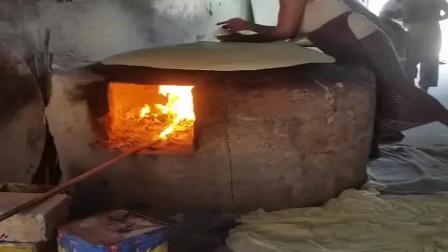 实拍印度飞饼作坊,这锅还能这样用!