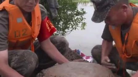 抗洪战士用泥土堆出生日蛋糕为战友庆生。网友:看着他们满脸泥土唱生日歌,这一刻泪奔…生日快乐❤️