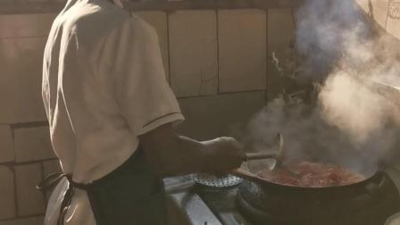 非洲黑人中餐大厨,拿着白领的工资,烹饪麻辣小龙虾
