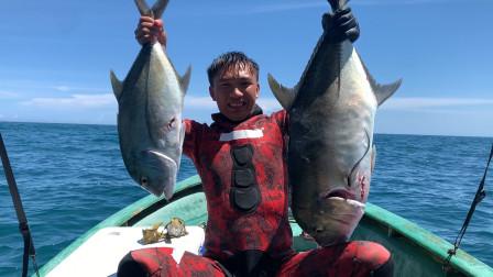 潜水打中2条大鱼,上岸就被人抢购