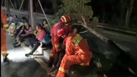深圳面包车限载8人坐16人撞树致15人受伤
