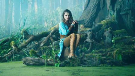 为了引出沼泽里的怪物,少女自告奋勇,坐在水边当诱饵