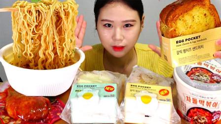 """韩国ASMR吃播:""""香辣方便面拉面+辣炒年糕+鸡腿+鸡蛋三明治"""",听这咀嚼音,吃货卡妹吃得真馋人"""