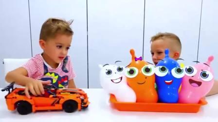国外儿童时尚,小男孩和弟弟一起玩汽车和气球,超级有趣