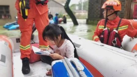 被救援小女孩救生艇上不忘读书。