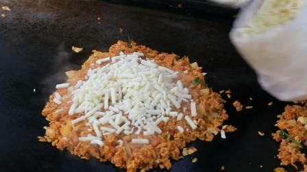 到韩国旅游比较喜欢的快餐,芝士泡菜炒饭,拉丝的感觉很棒