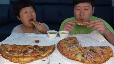韩国兴森一家三口吃播:和妈妈一人一个美味披萨,妈妈说她更喜欢火腿披萨,饼皮更脆噢!