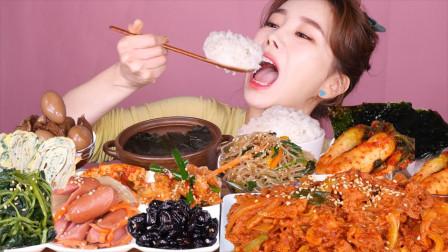 """韩国ASMR吃播:""""海带汤+鸡蛋卷+小香肠+辣白菜+辣炒猪肉"""",听这咀嚼音,吃货欧尼吃得真馋人"""