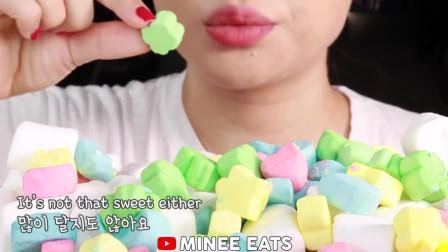 小姐姐直播吃冰冻棉花糖,一口一个,是我向往的童年生活