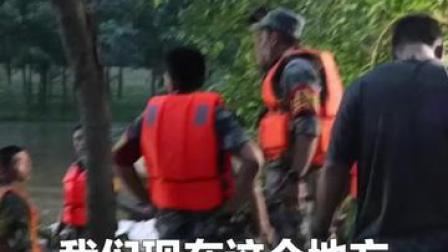 安徽望江县东兴圩突发管涌险情,驰援望江的71集团军攻坚劲旅的官兵迅速投入抢险。
