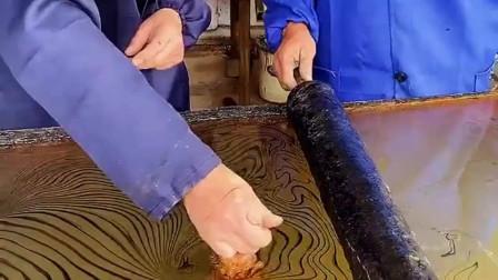 木棍光滑没有任何花纹,经过匠人的稍加制作,就变成了漂亮的艺术品!