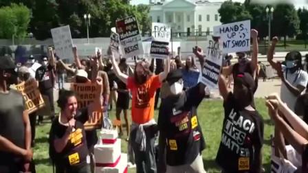 """特朗普生日那天,抗议者又包围了白宫,还给他送上""""生日蛋糕"""""""