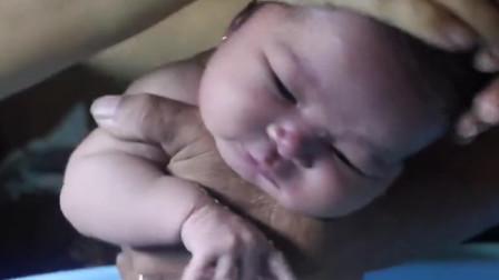 宝宝第一次洗澡,全程淡定面无表情,网友:老成模样不像新生儿