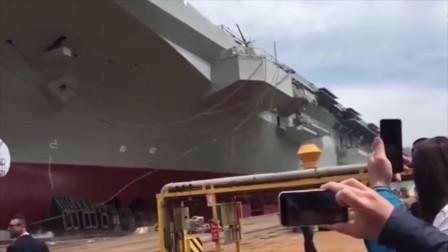 美国33000吨级两栖攻击舰下水,这场面太壮观了