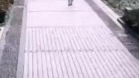 9岁男孩18楼扔下自行车险砸中路人,一听原因更让人气愤……#高空抛物  #熊孩子 #意外