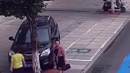 """女司机停车吃饭,惊现""""神操作""""12分瞬间没了!"""