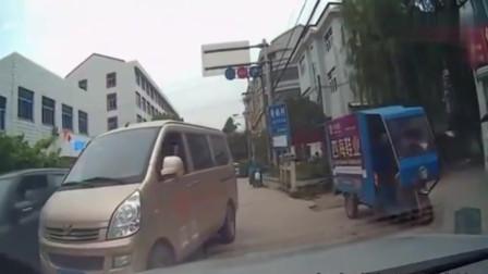 行车记录仪:面包车逆行加塞,挨了路怒症司机一顿揍