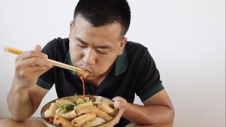 小伙今天简单吃点家常菜,青椒炒豆棍,美味