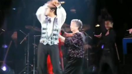 演唱会邀请外婆上台伴舞,她最爱听的《迷迭香》-周杰伦!