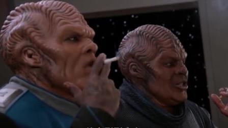香烟真是个好东西,就连外星人碰了,都被它给迷住了
