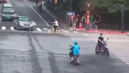 #杭州 一女子被压车底,几十名#外卖小哥 火速救援,不到10秒抬车救人!#暖心 #正能量
