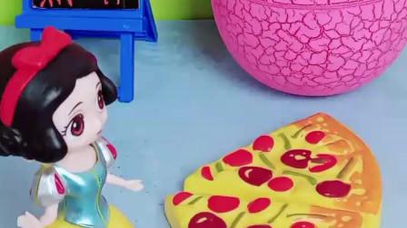 白雪公主做了好吃的披萨,要等着母后和贝儿一起吃,可贝儿却不回来了!