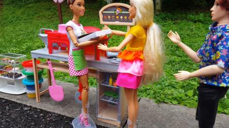 公园里老板摆摊卖披萨饼,小芭比插队还推到其他小朋友被芭比批评