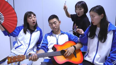 师生用谐音梗较量,老师拿出琴拍完手掌后,学生表情真逗