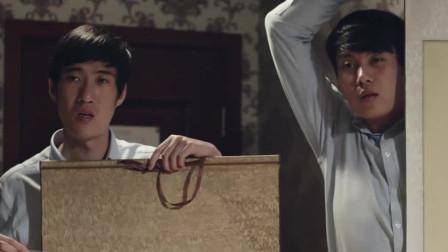 两小伙去偷名画,竟把墙上所有赝品带回来了,太逗了