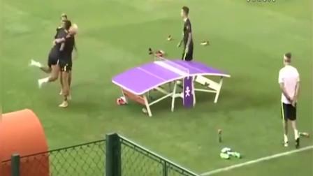 内马尔带着巴西球星把足球踢成乒乓球,这让中国队情何以堪!