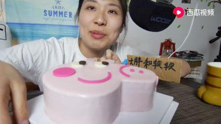 中国吃播:妹子吃小猪佩奇蛋糕,好可爱啊!