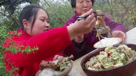 白菜炖粉条配上两斤五花肉,胖妹和奶奶吃得太香了