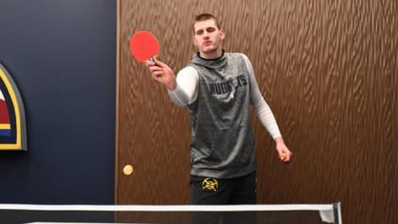约基奇打乒乓球什么画面?球桌刚到膝盖,约老师:让我在茶几上打球?