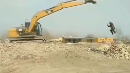爆笑:挖掘机这样真好玩,就是有点费命