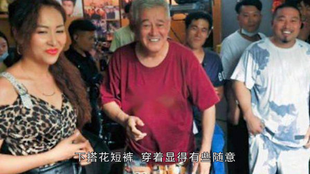 63岁赵本山满头白发直不起腰,身旁豹纹女郎,拍戏他是认真的