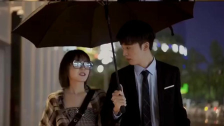 一对情侣在路上走着,女孩看见了前男友突然离男朋友好远,男孩笑了!.