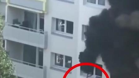 火灾被困,10岁儿童将幼童从4楼扔下被民众接住