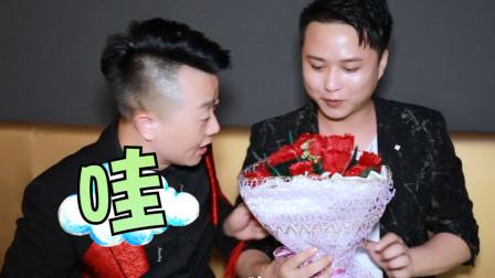 魔术表演:小伙子用白纸瞬间变出一捧玫瑰花,玫瑰花藏哪里呢?